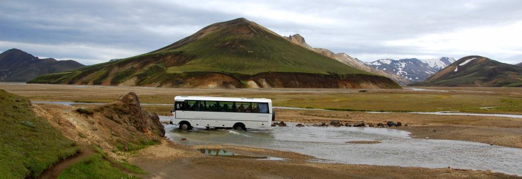 Allrad-Bus im Hochland
